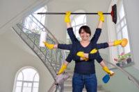 employée multitâche dans cage d'escalier d'immeuble