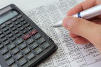 liste de compte, calculette et stylo