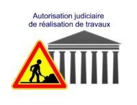 tribunal et panneau de travaux