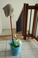balai seau et serpillière dans descente d'escalier pour employé d'immeuble