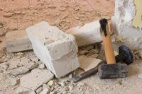 marteau et ciseau pour casser cloison immeuble