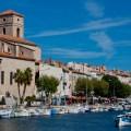 le port, les maisons le long du port et l'église notre dame du port vieux