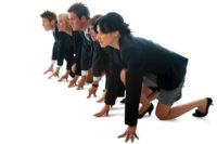 personnes en costume de cadre, sur une ligne de départ pour symboliser la mise en concurrence