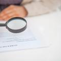 femme examinant un contrat à la loupe gros plan mandat