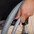 main sur fauteuil roulant pour accès handicapés
