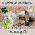 marteau burin et gravats plus logo coproconseils et bonhomme content pour symboliser les autorisations de travaux en copropriété